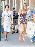 http://img130.imagevenue.com/loc1174/th_80529_blake-lively-on-set-of-gossip-girl-in-nyc-20090903-30_122_1174lo.jpg