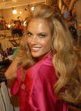 th_96535_fashiongallery_VSShow08_Backstage_AlessandraAmbrosio-11_122_522lo.jpg